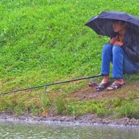 С утра сидит на озере...