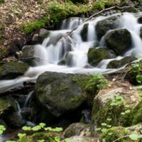 Маленький водопад в горах
