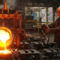 Расплавленный металл разливается по формам изделий