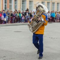 Трубач трубит на трубе.
