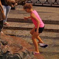 Упал шлёпанец в фонтан
