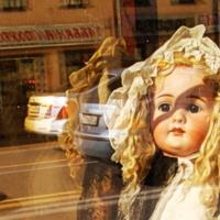 Блондинка за стеклом
