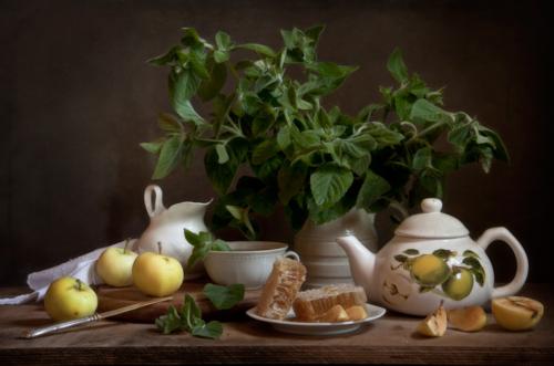 Чай мятный с мёдом в сотах