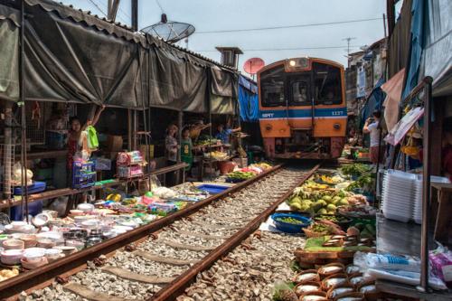 Едет поезд по базару